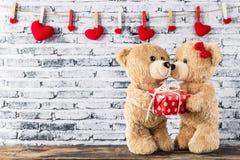 L'ours de nounours ont un cadeau à amie Photographie stock libre de droits