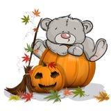 L'ours de nounours s'est élevé sur un potiron énorme de Halloween photos stock