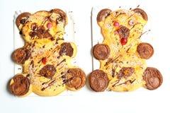 L'ours deux a formé les gâteaux à la maison faits avec des yeux de sucrerie et des pattes brunes Photographie stock libre de droits