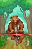 L'ours emballe sur la bicyclette dans la forêt Photographie stock