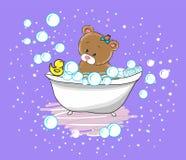 L'ours mignon de bébé nage dans la baignoire Photographie stock