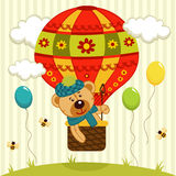 L'ours vole sur le ballon à air Photographie stock