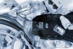 L'outil à sertir pour le réseau de twisted pair câblent avec des connecteurs photographie stock libre de droits
