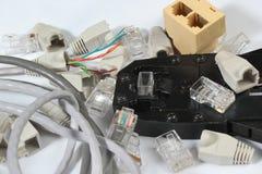 L'outil à sertir pour le réseau de twisted pair câblent avec des connecteurs images libres de droits