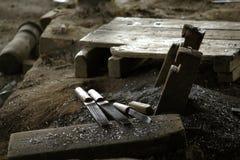 L'outil de pierre à aiguiser est placé sur le plancher images stock