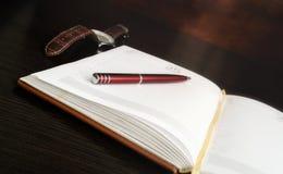 L'ouverture du rondin quotidien avec des pages sans disques se trouve sur une table photo stock