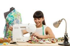 L'ouvrière couturière coud un produit sur une table Photographie stock