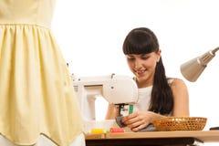 L'ouvrière couturière coud un produit sur une table Photographie stock libre de droits