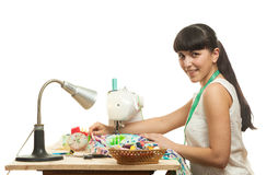 L'ouvrière couturière coud un produit sur une table Image libre de droits
