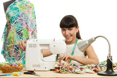 L'ouvrière couturière coud un produit sur une table Photos stock