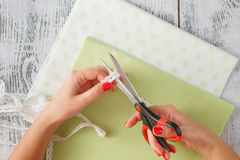 L'ouvrière couturière a coupé un modèle sur le tissu sur une table Image libre de droits