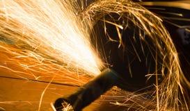 L'ouvrier coupe une pipe en métal images libres de droits