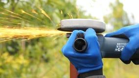 L'ouvrier coupe une pipe en métal clips vidéos