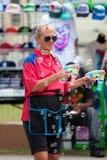L'ouvrier de carnaval souffle des bulles avec des canons de bulle Photographie stock