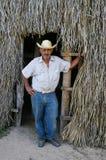 L'ouvrier de tabac apprécie un cigare image stock