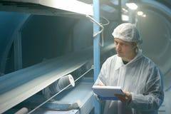 L'ouvrier industriel contrôle la qualité du sucre Photo libre de droits