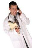 L'ouvrier médical vous aide à l'extérieur au-dessus du téléphone Photos stock
