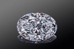 L'ovale de scintillement transparent sans couleur de luxe de forme de pierre gemme a coupé le diamant d'isolement sur le fond noi images libres de droits