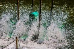 L'oxygène de suffisance d'aérateur dans l'eau Image libre de droits
