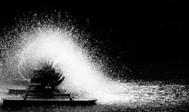 L'oxygène de suffisance de roue de turbine d'aérateur dans l'eau dans le lac Photographie stock