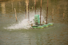L'oxygène de suffisance de roue de turbine d'aérateur dans l'eau dans le lac Image libre de droits
