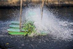 L'oxygène de suffisance de roue de turbine dans l'eau Image libre de droits