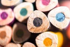 L?pices del color Coloreado dibujaron a lápiz un fondo Los creyones se cierran para arriba fotos de archivo