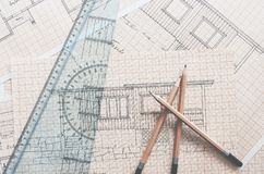 L?pices, regla y dibujos de la cabina en la tabla foto de archivo libre de regalías