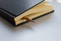L?piz y cuaderno o cuaderno u organizador Lecci?n de la escuela, reuni?n de la oficina, escribiendo letras imagenes de archivo