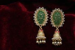 L'or a plaqué des bijoux - macro image boucles d'oreille d'or de fantaisie de concepteur de longues images stock