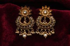 L'or a plaqué des bijoux - macro image boucles d'oreille d'or de fantaisie de concepteur de longues photographie stock