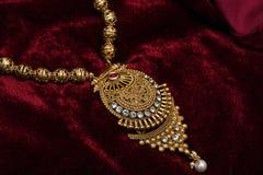 L'or a plaqué des bijoux - macro image cou-ensemble d'or de fantaisie de concepteur de long photo stock