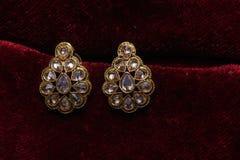 L'or a plaqué des bijoux - macro image de boucles d'oreille d'or de fantaisie de concepteur photographie stock
