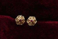 L'or a plaqué des bijoux - macro image de boucles d'oreille d'or de fantaisie de concepteur images stock