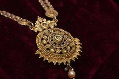 L'or a plaqué des bijoux - macro image de concepteur de long plan rapproché d'or de fantaisie de cou-ensemble photo stock
