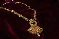 L'or a plaqué des bijoux - macro image de concepteur de long plan rapproché d'or de fantaisie de pendant-ensemble photo stock