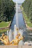 L'or a plaqué des sculptures par la cascade grande de fontaines dans Pertergof, St Petersburg, Russie image stock