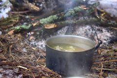 l potenciômetro da sopa para o viajante fotos de stock royalty free