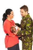 L'épouse souhaitant la bienvenue à des militaires est venue à la maison Photo libre de droits