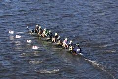 L'équipage résilient de club d'aviron emballe dans la tête de la jeunesse huit du ` s de Charles Regatta Men Photo stock