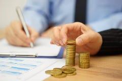 L'équipe d'affaires calcule le bénéfice et le revenu Photographie stock