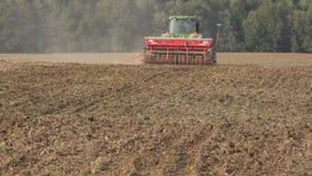 L'?quipement complexe de semeur de semoir cultivent des cultures de truie dans le sol fertile 4K banque de vidéos