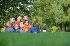 L rilassamento felice della famiglia Fotografie Stock Libere da Diritti
