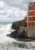 L Riomaggiorre Cinque Terre  old building raging stormy sea  cli Stock Photos