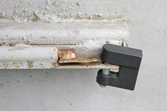 L?s p? metallporten arkivfoto