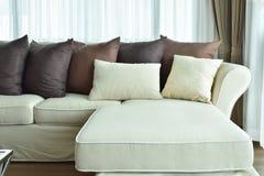 L sofá bege da forma com varia descansos marrons Imagem de Stock Royalty Free