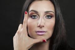 L som FÖRÄLSKELSE som visas av en brunettkvinna Royaltyfria Foton