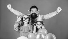 L?sst feiern Familienpartei Familie des Vaters und der T?chter, die Parteischutzbrillen tragen Vater- und M?dchenkindergenie?en lizenzfreies stockfoto