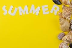 L'?t? d'inscription des lettres et des coquillages blancs de papier sur un fond jaune lumineux ?t? Relaxation Vacances Vue sup?ri image libre de droits