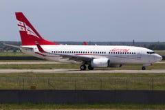 4L-TGM Airzena Georgian Airways Boeing 737-700 aviones que corren en la pista Fotos de archivo